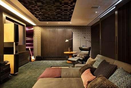 7. Esta sala de estar em tons terrosos mostra como o papel de parede para sala pode ajudar a construir um clima de aconchego. Projeto de A1 Arquitetura