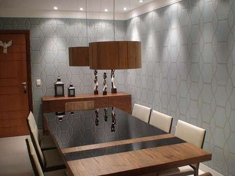27. O tom de azul deste papel de parede dá elegância à sala de jantar. Projeto de Giovani Chist