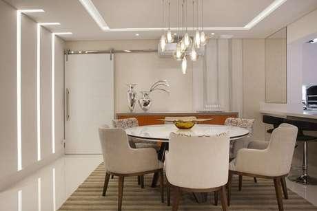 31. Sala de jantar com papel de parede para sala em apenas uma faixa da parede. Projeto de Sueli Zapparolli