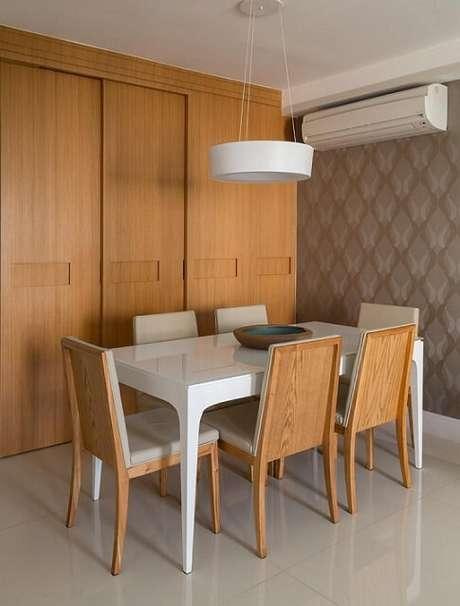 32. Sala de jantar com papel de parede para sala em tons de cinza. Projeto de Ana Yoshida