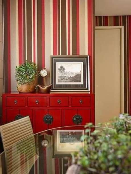 37. Detalhe da sala de jantar com papel de parede para sala listrado seguindo a paleta do ambiente. Projeto de Glaucia Britto