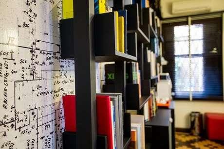 42. Sala de leitura com papel de parede de planta baixa. Projeto de DH Arquitetura
