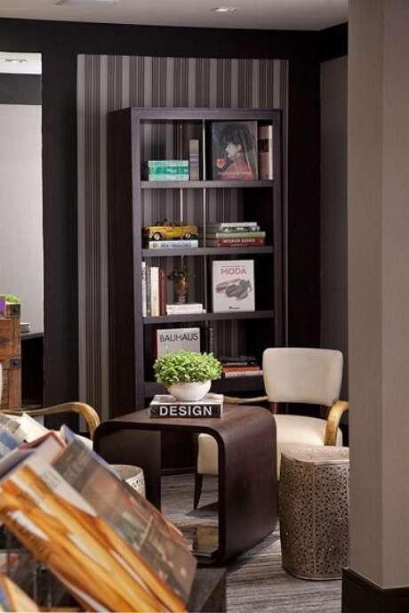 43. Sala de leitura com papel de parede listrado sóbrio. Projeto de Patricia Kolanian