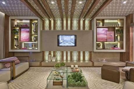 6. Se o cômodo é grande, o papel de parede para sala pode ir até o teto, se quiser. Mas tome cuidado em ambientes mais compactos! Projeto de Heller Arquitetura e Interiores