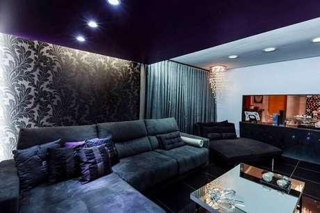 46. Sala de TV com papel de parede para sala discreto com estampa de folhas. Projeto de Lidici Melo