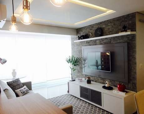 47. Sala de TV com papel de parede para sala imitando tijolos cinzas. Projeto de Glaucio Gonçalves