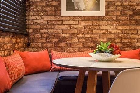48. Detalhe da sala de TV com papel de parede para sala que imita tijolo. Projeto de Andrea Fonseca
