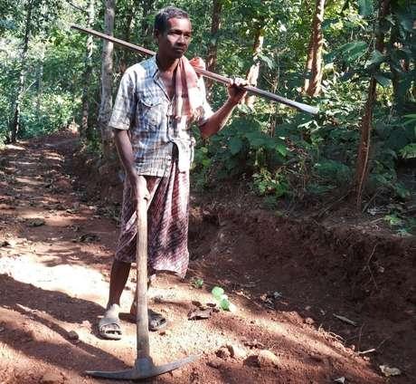Nayak trabalhava cerca de oito horas por dia para fazer a estrada | Foto: Simanchal Pattnaik