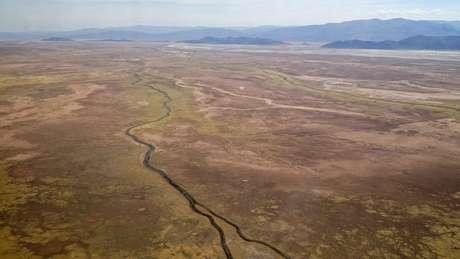 O rio Desaguadero, o maior afluente do lago Poopó, ficou praticamente sem água em novembro de 2017