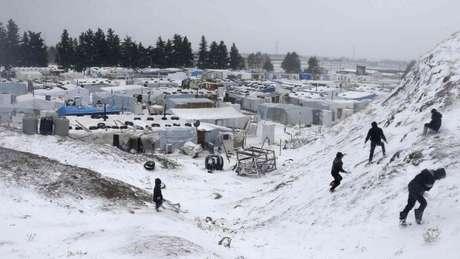 Refugiados sírios no Líbano têm de enfrentar o frio intenso nos meses de inverno