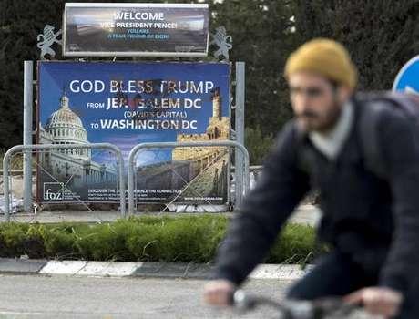 Cartaz de boas-vindas ao vice-presidente Mike Pence em Jerusalém