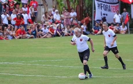 Lula e o compositor Chico Buarque jogando futebol em evento do MST | foto: Ricardo Stuckert / Instituto Lula