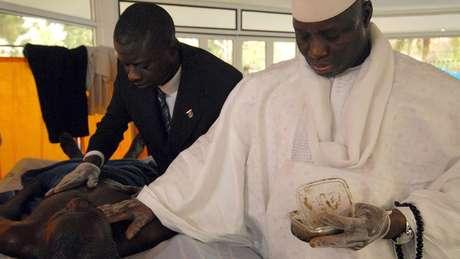 """Yahya Jammeh (à dir.) em 2007, administrando seu tratamento anti-HIV à base de ervas e """"cura espiritual"""""""