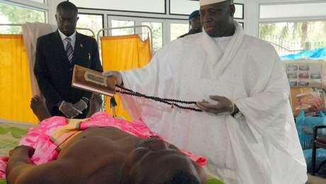 Yahya Jammeh entoava preces do Corão como parte do tratamento que inventou contra a Aids