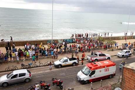 Helicóptero da Globo Nordeste cai na Praia do Pina, zona sul do Recife (PE).