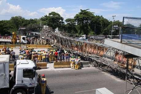 Passarela cai na Avenida Brasil, na altura de Cordovil