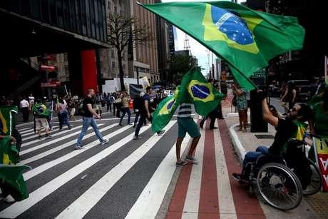 Manifestantes bloquearam uma faixa da Avenida Paulista