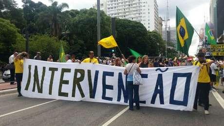 Alguns manifestantes pediam intervenção militar