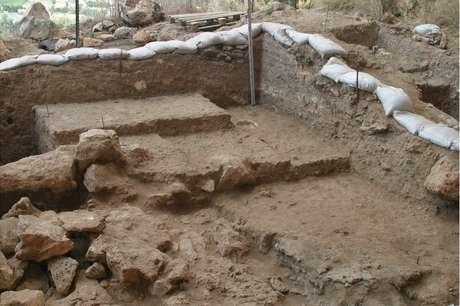 Os pesquisadores encontraram sedimentos de cinzas de fogueiras, montadas repetidamente ao longo da duradoura ocupação da caverna | Foto: Mina Weinstein-Evron, Haifa Uni