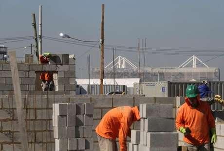 Homens trabalham na construção de casas no Rio de Janeiro 17/06/2016 REUTERS/Ricardo Moraes