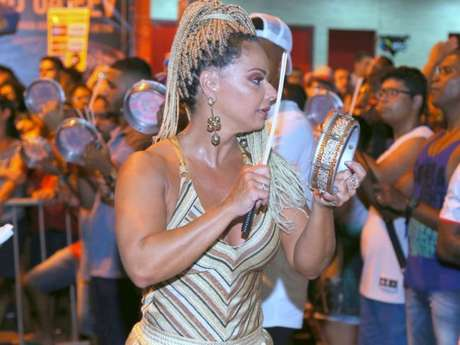 Viviane Araújo ficou no meio da bateria furiosa do Salgueiro
