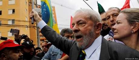 Lula em comício: lei sancionada pelo próprio ex-presidente pode tirá-lo do páreo