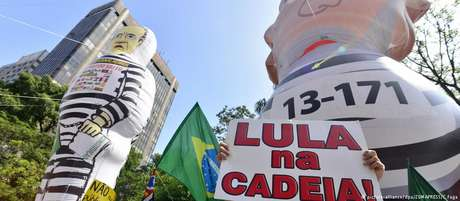 Manifestantes pedem prisão de Lula em protesto em outubro de 2016, na Avenida Paulista