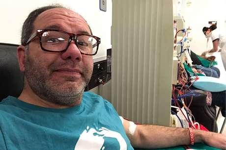 Javier Artigas em uma sessão de hemodiálise (Arquivo Pessoal)