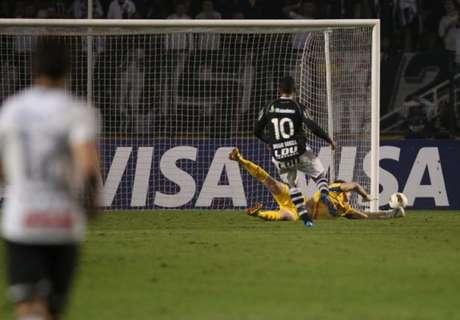 Momento da defesa de Cássio no chute de Diego Souza: lance eternizado na história do Corinthians e do goleiro (Foto: Ari Ferreira/Lancepress!)
