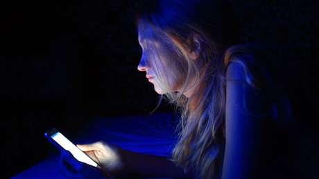 Um dos fatores externos que atrapalham a qualidade do sono é o uso de celular antes de dormir