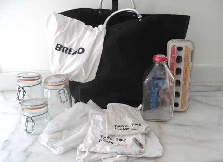 Kit da família para fazer compras sem levar embalagens para casa inclui bolsa de pano, sacos de tecido, potes de vidro, garrafa de vidro e caixa de ovos vazia | Foto: Arquivo Pessoal