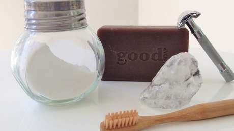 Entre os itens de higiene, sabão em barra, bicarbonato para escovar os dentes, pedra de alúmen como desodorante, escova de dentes de bambu e barbeador de metal | Foto: Arquivo Pessoal