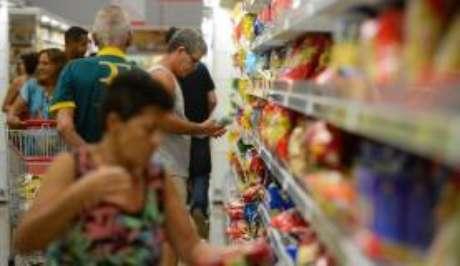 A confiança do consumidor do Brasil caiu em fevereiro, após sequência de dois meses de alta