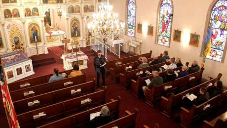 Cerca de 50 pessoas continuam frequentando a igreja e, depois da missa de domingo, fazem uma confraternização