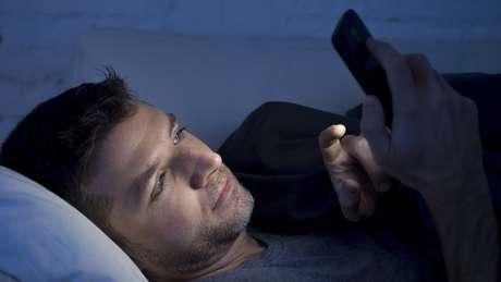 Luz de celulares confunde o organismo, que reduz a produção de melatonina