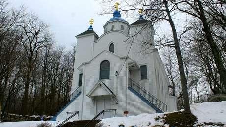 A igreja que sobreviveu ao incêndio foi erguida sobre uma pedra, em Centralina, na Pensilvânia (EUA)