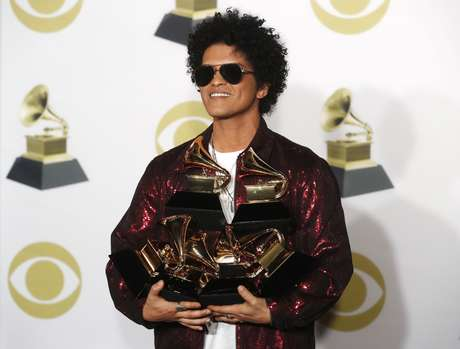 Bruno Mars com seus prêmios Grammy