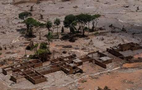 Vista aérea de Mariana (MG) após o desastre da barragem da Samarco.