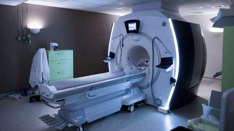 Máquinas de ressonância magnética viram um ímã poderoso capaz de atrair com violência objetos metálicos, como o cilindro que Marun portava