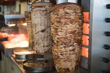Döner kebab: carne no espeto giratório