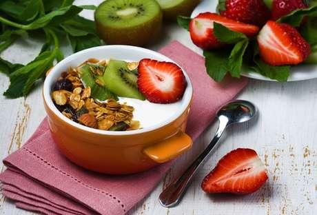 Iogurte grego com granola, kiwi e morango