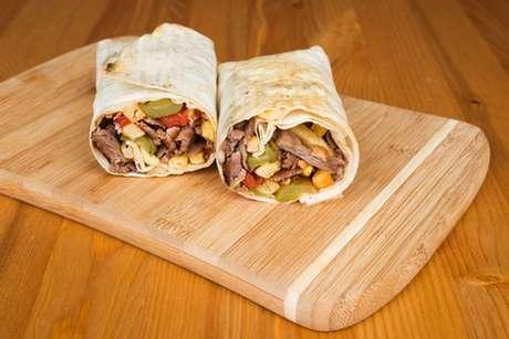 Dois kebabs de carne no pão pita