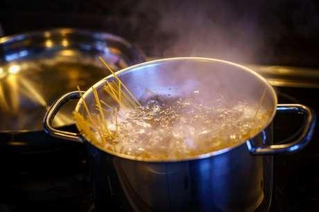 Espaguete cozinhando em panela grande com água