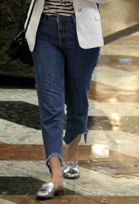 Mariana Ximenes: jeans de barra assimétrica (Foto: Thiago Martins/AgNews)