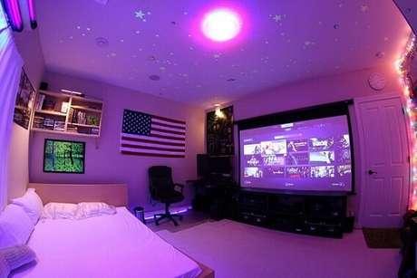 25. Se tiver espaço e possibilidade de investir, que tal colocar um telão no seu quarto gamer?