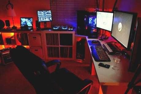 26. Quarto gamer com várias telas