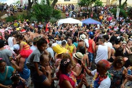 Desfile do bloco Urubó, que resgata as marchinhas de carnaval, no Largo da Matriz de Nossa Senhora do Ó