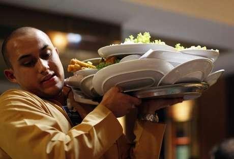 Garçom carrega bandeja de pratos em restaurante de Porto Alegre, Rio Grande do Sul 18/06/2014 REUTERS/Marko Djurica
