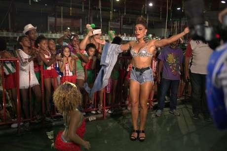 Juliana Paes samba com integrante mirim da Grande Rio (Foto: Rodrigo dos Anjos/AgNews)