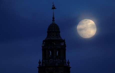 Lua azul é vista a partir de San Diego, na Califórnia (EUA)